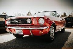 马拉加,西班牙- 2016年7月30日:1966年在红颜色的Ford Mustang正面图,停放在马拉加,西班牙 库存照片