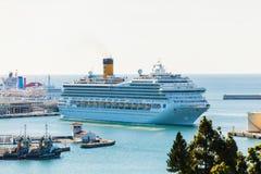 马拉加- 2014年11月15日:肋前缘福尔图纳在马拉加港的游轮相接在2014年11月15日, 库存照片