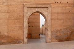 马拉喀什美丽的老街道有红色大厦和老门的,摩洛哥 图库摄影