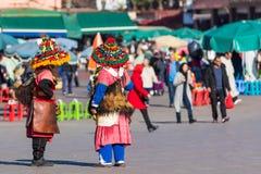 马拉喀什,摩洛哥- 2017年12月17日:五颜六色的水持票人 库存照片
