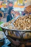 马拉喀什,摩洛哥- 2013年9月05日:作为在Jamaa el Fna广场的快餐烹调在大罐和销售的煮沸的蜗牛 图库摄影