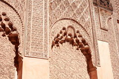 马拉喀什,摩洛哥2016年3月03日:由从所有世界的游人拜访在马拉喀什的本优素福马德拉斯 本Yous 免版税库存照片