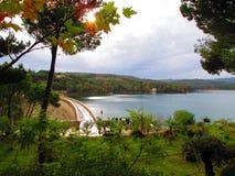 马拉松水坝的绿色风景 库存照片