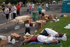 马拉松疲倦的志愿者 免版税库存照片