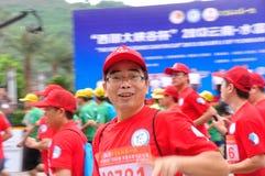 马拉松运动员微笑的面孔特点 免版税库存照片
