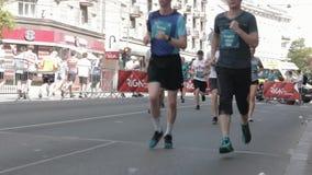 马拉松运动员拥挤正面图腿Focuss 股票视频