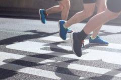 马拉松运动员的同步的腿 免版税库存照片