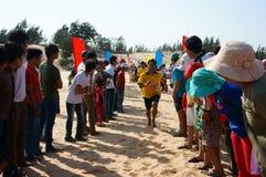 马拉松长跑十字架沙子小山 库存照片