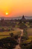 马推车和日落,在缅甸(Burmar)的Bagan 免版税库存图片