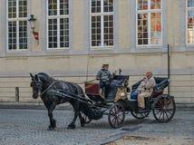 马推车在布鲁日布鲁基,比利时 免版税库存照片