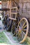 马推车的老木轮子 露天博物馆在各种各样地方 库存照片