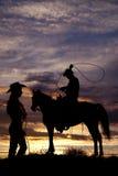 马摇摆的绳索的牛仔 库存图片