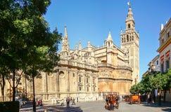 马支架在塞维利亚, Giralda大教堂在背景,安大路西亚,西班牙中 免版税库存图片