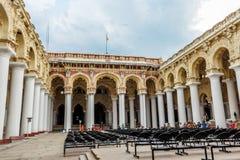 马杜赖,印度, 2017年5月13日:一个古老Thirumalai Nayak宫殿的另外里面角度图有数千的柱子 库存照片