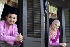 马来的回教夫妇微笑 免版税库存照片