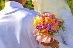 马来的夫妇举行婚礼花花束 免版税库存照片