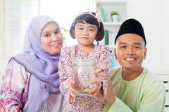 马来的家庭挽救金钱 免版税库存图片