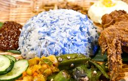 马来西亚人Nyonya称呼蓝色米或者Nasi Kerabu 库存照片