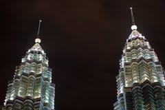 马来西亚晚上天然碱尖顶塔孪生 免版税库存照片