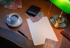 马来西亚金钱,林吉特,在一张时髦的书桌上点燃与一盏开户的灯 图库摄影