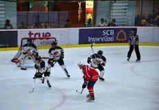 马来西亚队员保卫对冰球比赛的蒙古在溜冰场曼谷泰国 免版税库存图片