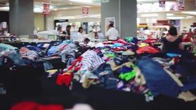 马来西亚,槟榔岛, 2015年12月23日 做购物的俏丽的妇女在大衣裳商店 1920x1080 股票视频