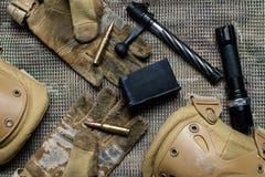 马枪夹子、弹药、手套和快门谎言在背景 免版税图库摄影