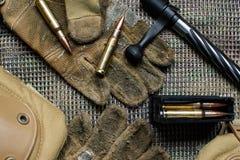 马枪夹子、弹药、手套和快门谎言在背景 免版税库存照片