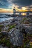 马歇尔点光和岩石在海岸线 免版税图库摄影
