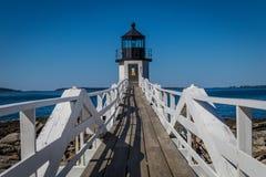 马歇尔点灯塔和走道反对明亮的蓝天 库存照片
