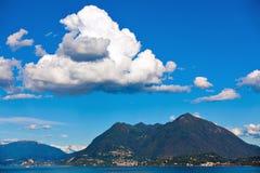 马焦雷湖、Laveno和Brenna山 免版税图库摄影