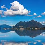 马焦雷湖、Laveno和Brenna山 免版税库存照片