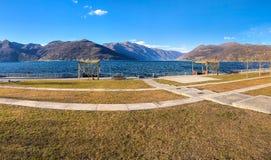 马焦雷湖风景在从卢伊诺,意大利湖边平地的晴朗的冬日  库存图片