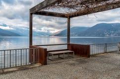 马焦雷湖风景在从卢伊诺,意大利湖边平地的阴天  免版税库存图片