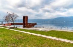 马焦雷湖风景在从卢伊诺,意大利湖边平地的阴天  库存图片