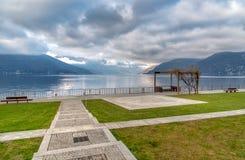 马焦雷湖风景在从卢伊诺,意大利湖边平地的阴天  免版税库存照片