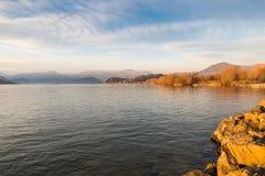 马焦雷湖,博扎di Bogno,意大利 在日落的横向 在背景中阿尔卑斯 免版税库存照片