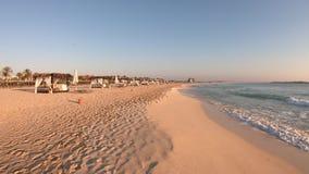 马尔萨・马特鲁,埃及 日出时,4K超长跑在海滩上 POV旅游观点 暖色 股票录像