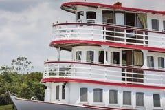 马瑙斯,巴西, 10月17日:典型的木白色亚马逊小船 库存照片
