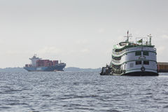 马瑙斯,巴西, 10月17日:典型的木白色亚马逊小船 免版税图库摄影