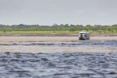 马瑙斯,巴西, 10月17日:典型的木白色亚马逊小船 免版税库存照片