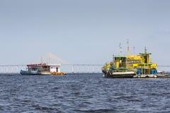 马瑙斯,巴西, 10月17日:典型的木白色亚马逊小船 库存图片