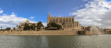 马略卡大教堂和阿尔穆代纳宫殿 库存图片