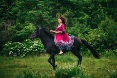 马的美丽的妇女 免版税库存照片