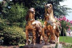 马的金黄雕象 免版税库存图片