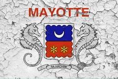 马约特旗子在破裂的肮脏的墙壁上绘了 葡萄酒样式表面上的全国样式 向量例证