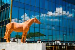马纪念品在玻璃的背景中反映了大厦 莫斯科 俄国 免版税图库摄影