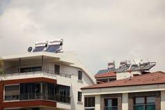 ?? 马纳夫加特- 2018年6月 太阳电池板和水暖气在屋顶 免版税库存照片
