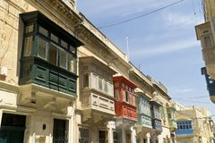 马耳他瓦莱塔,历史的中心的五颜六色的阳台 图库摄影