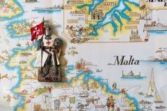 马耳他的骑士是纪念品玩具 一个白色斗篷的骑士有马尔他命令的旗子的 库存图片
